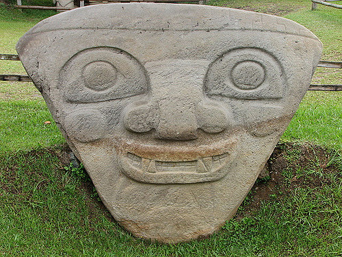 San Agustin Smiling Statue-https://www.flickr.com/photos/caracoles-errantes/174165597/